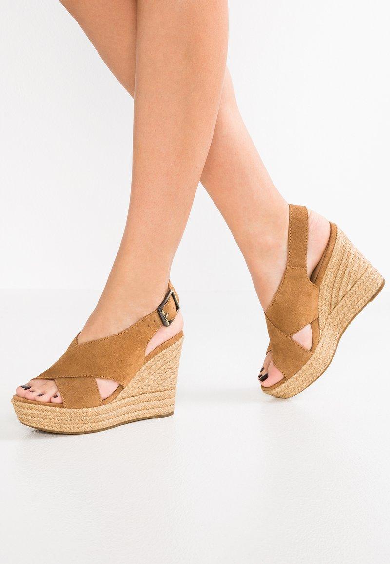 UGG - HARLOW - Sandalen met hoge hak - chestnut
