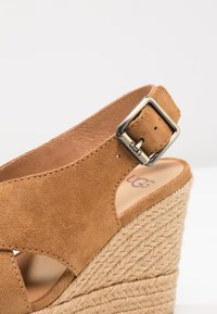 UGG - HARLOW - Sandalen met hoge hak - chestnut - 2