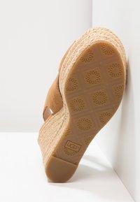 UGG - HARLOW - Sandalen met hoge hak - chestnut - 6