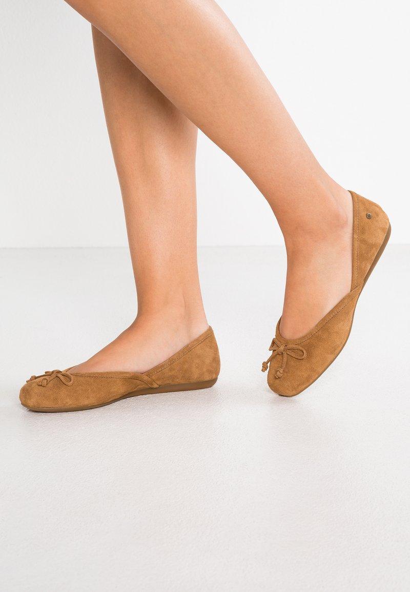 UGG - LENA FLAT - Ballerinat - chestnut
