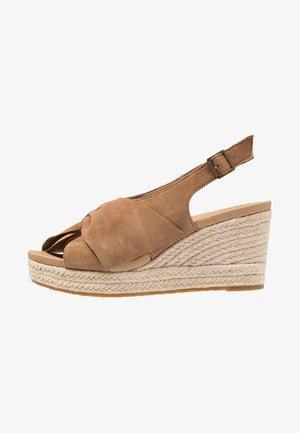 CAMILLA - Sandály na platformě - chestnut
