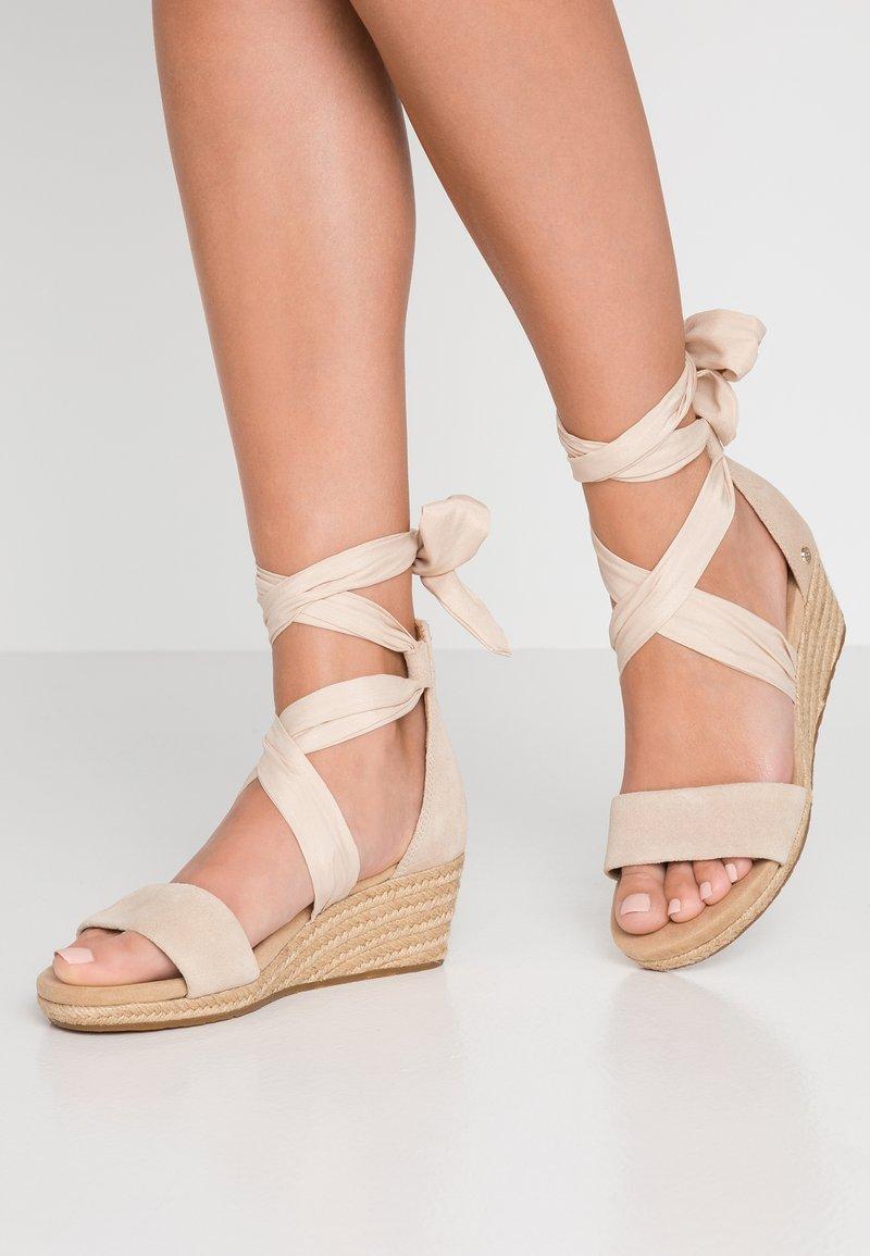 UGG - TRINA - Sandalen met plateauzool - nude