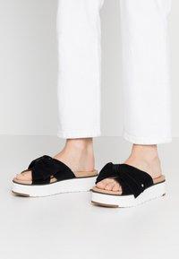 UGG - JOANIE - Pantofle na podpatku - black - 0