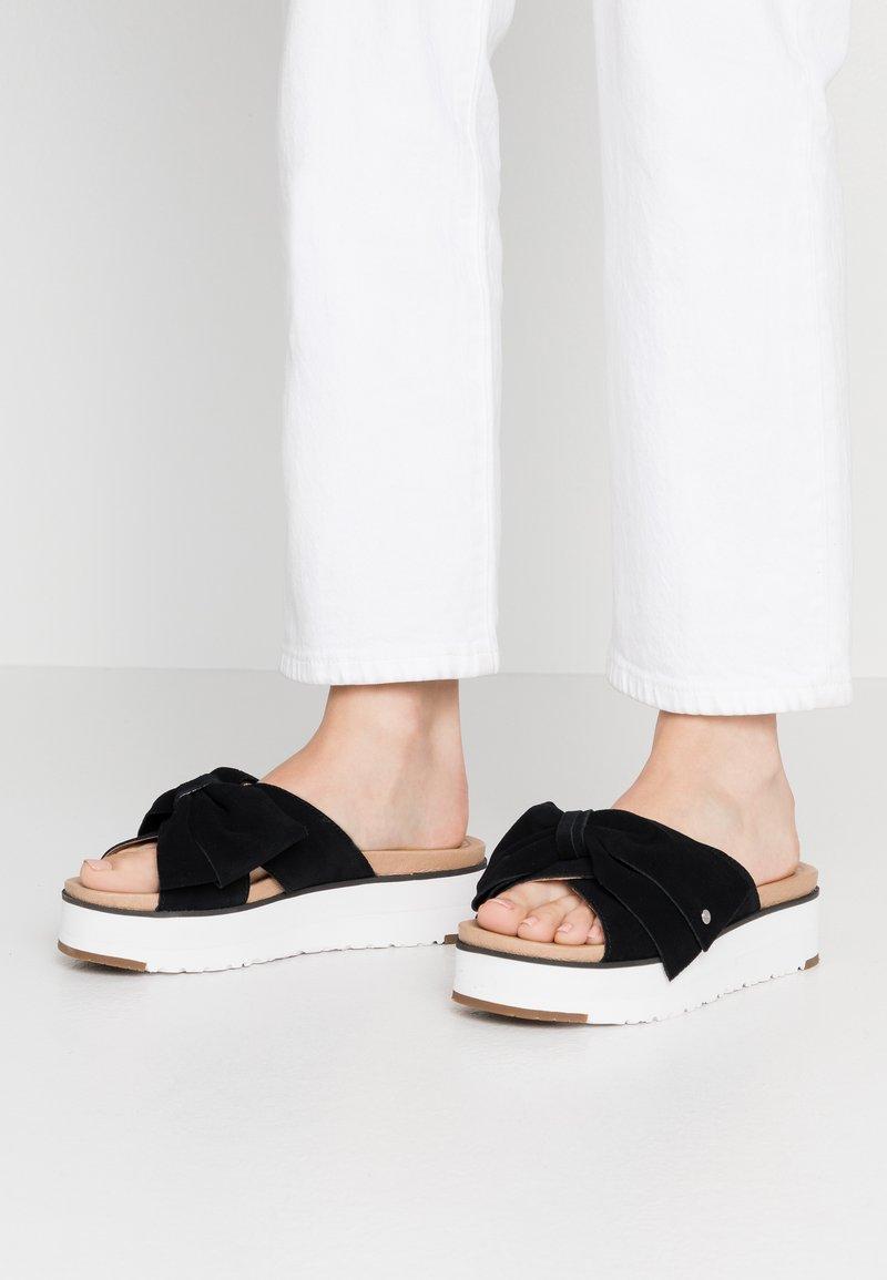 UGG - JOANIE - Pantofle na podpatku - black