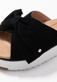 UGG - JOANIE - Pantofle na podpatku - black - 2