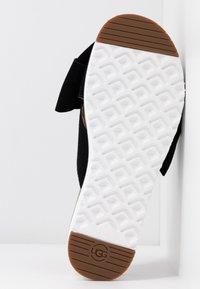 UGG - JOANIE - Pantofle na podpatku - black - 6