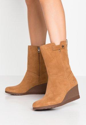 POTRERO - Kotníkové boty na klínu - chestnut