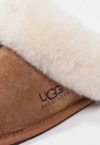 UGG - SCUFFETTE II - Pantofole - chestnut - 5
