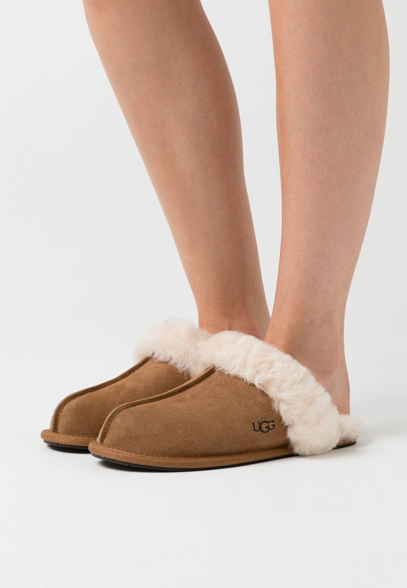 UGG - SCUFFETTE  - Slippers - chestnut
