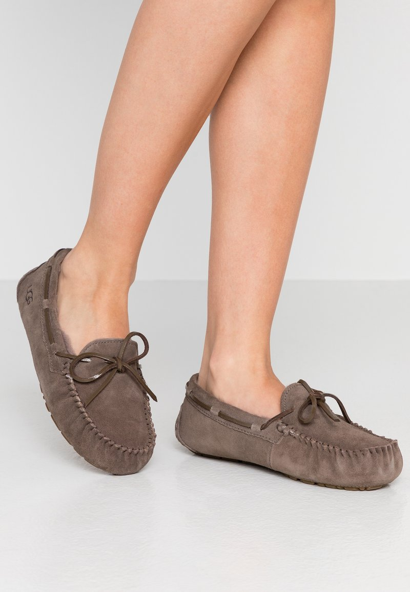 UGG - DAKOTA - Domácí obuv - mole