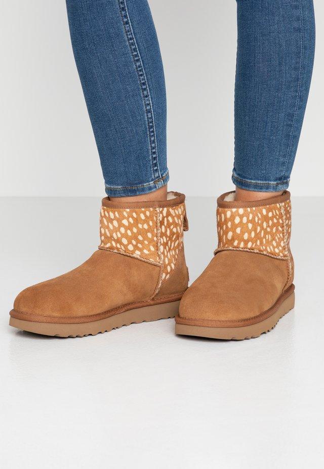 CLASSIC MINI IDYLLWILD - Classic ankle boots - chestnut