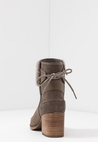 UGG - KIRKE - Classic ankle boots - mole - 5