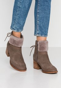 UGG - KIRKE - Classic ankle boots - mole - 0