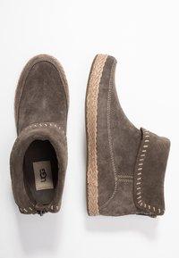 UGG - VARNEY - Kotníková obuv - slate - 3