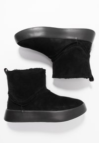 UGG - CLASSIC BOOM BOOT - Platform ankle boots - black - 3
