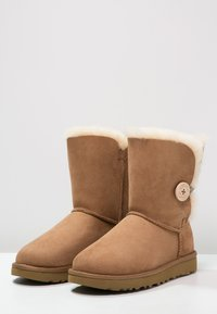 UGG - BAILEY BUTTON II - Støvletter - chestnut - 3