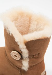 UGG - BAILEY BUTTON II - Støvletter - chestnut - 6