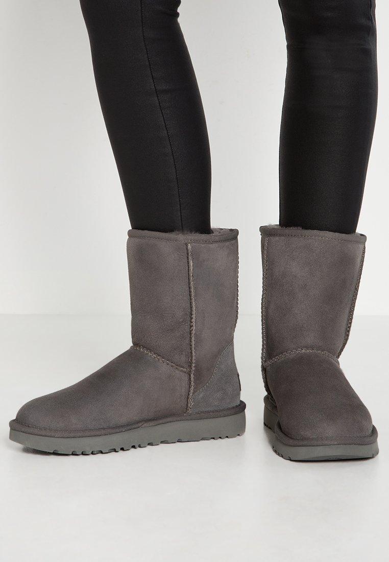 UGG - CLASSIC SHORT - Botines - grey