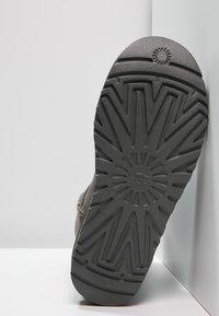 UGG - CLASSIC SHORT - Botines - grey - 5