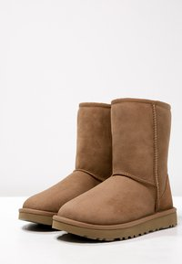 UGG - CLASSIC SHORT - Classic ankle boots - chestnut - 3