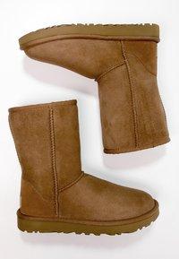UGG - CLASSIC SHORT - Korte laarzen - chestnut - 2