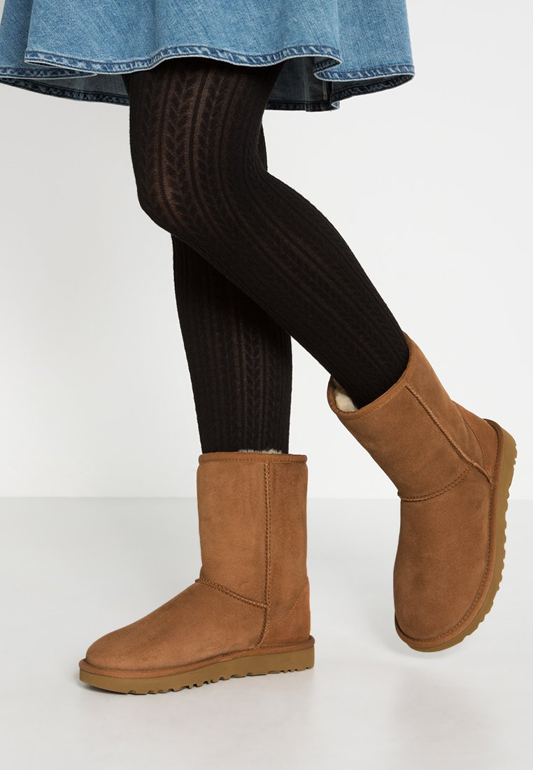 UGG - CLASSIC SHORT - Classic ankle boots - chestnut