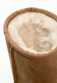 UGG - CLASSIC SHORT - Korte laarzen - chestnut - 6