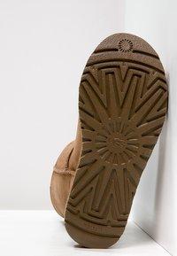 UGG - CLASSIC SHORT - Korte laarzen - chestnut - 5