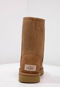 UGG - CLASSIC SHORT - Korte laarzen - chestnut - 4