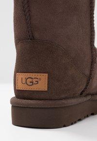 UGG - CLASSIC SHORT - Bottines - chocolate - 2