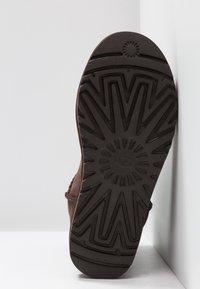UGG - CLASSIC SHORT - Botines - chocolate - 6