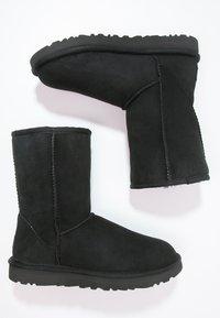 UGG - CLASSIC SHORT - Stiefelette - black - 2