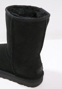 UGG - CLASSIC SHORT - Stiefelette - black - 6