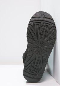 UGG - CLASSIC SHORT - Korte laarzen - black - 5