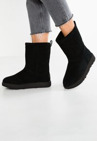 UGG - CLASSIC SHORT WATERPROOF - Classic ankle boots - black - 0