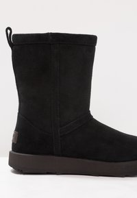 UGG - CLASSIC SHORT WATERPROOF - Classic ankle boots - black - 6