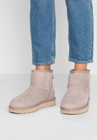 UGG - CLASSIC MINI II - Ankle boots - oyster/sesame - 0