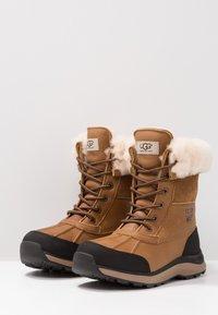 UGG - ADIRONDACK III - Zimní obuv - chestnut - 4
