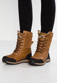 UGG - ADIRONDACK III - Zimní obuv - chestnut - 0