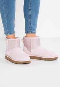 UGG - CLASSIC MINI SPARKLE - Stivali da neve  - seashell pink - 0
