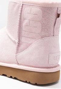 UGG - CLASSIC MINI SPARKLE - Stivali da neve  - seashell pink - 2