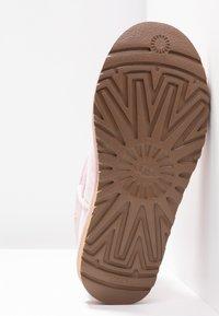 UGG - CLASSIC MINI SPARKLE - Stivali da neve  - seashell pink - 6