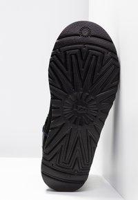 UGG - CLASSIC MINI SPARKLE - Winter boots - black - 6
