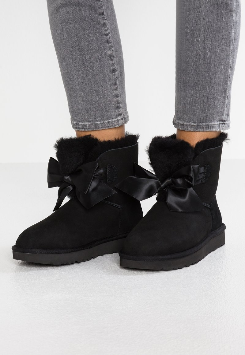 UGG - GITA BOW MINI - Stiefelette - black