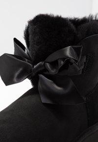 UGG - GITA BOW MINI - Stiefelette - black - 2