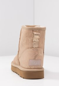UGG - CLASSIC MINI METALLIC SNAKE - Classic ankle boots - gold - 5