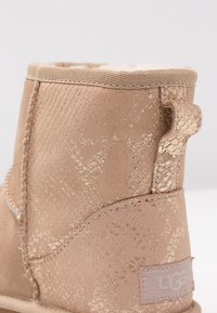 UGG - CLASSIC MINI METALLIC SNAKE - Classic ankle boots - gold - 2