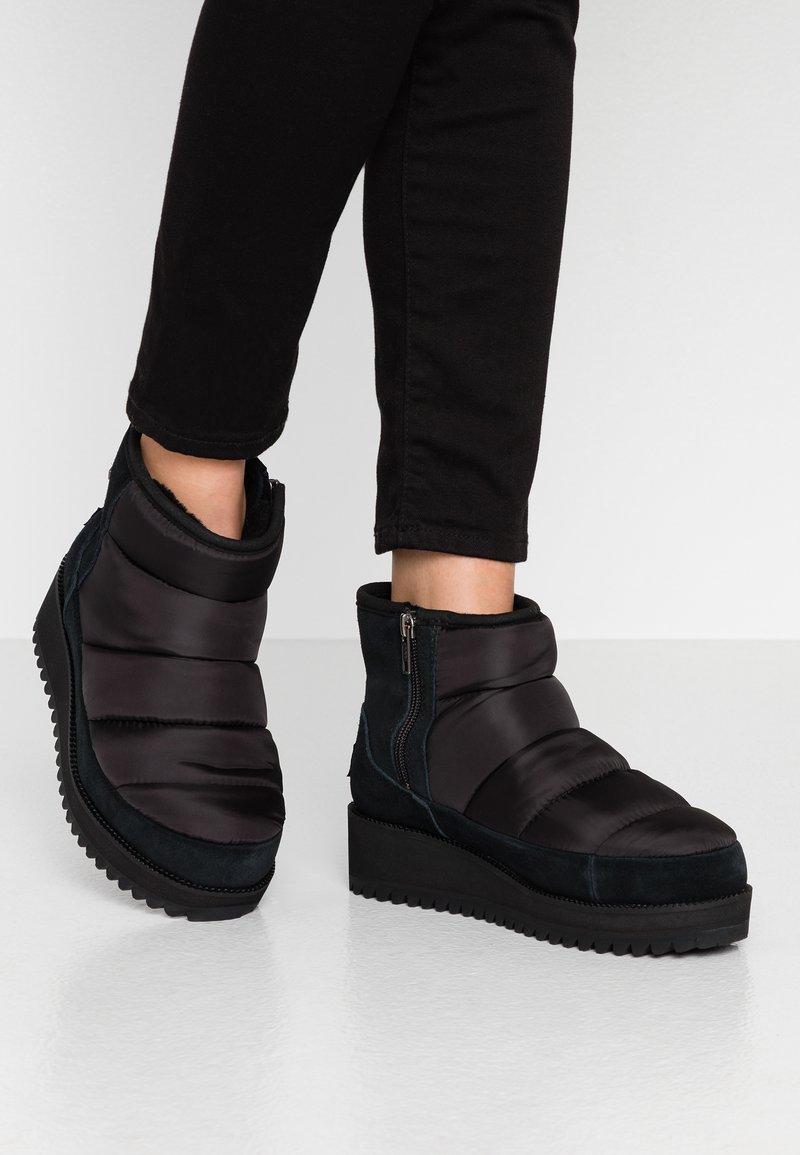 UGG - RIDGE MINI - Winter boots - black