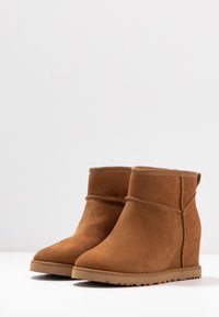 UGG - CLASSIC FEMME MINI - Ankle boots - chestnut - 4