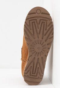 UGG - CLASSIC FEMME MINI - Ankle boots - chestnut - 6